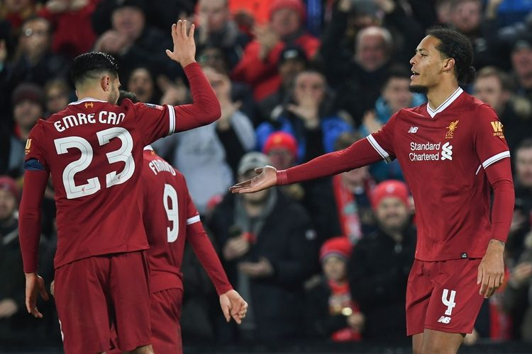 Selebrasi bek Liverpool FC, Virgil van Dijk (kanan), seusai berhasil mencetak gol kemenangan timnya atas Everton dalam laga ronde ketiga Piala FA 2017-2018 di Stadion Anfield, Liverpool, Inggris, pada Jumat (5/1/2018).