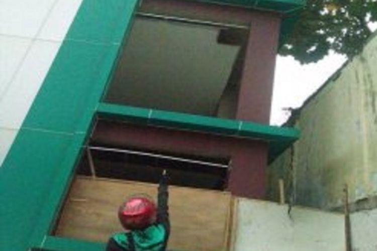 Gedung SD Negeri 4 Ciputat, Tangerang Selatan, Banten. Pada hari Sabtu (12/8/2017) seorang bocah berusia tiga tahun, Afkar, terjatuh dari lantai 3 gedung sekolah ini.