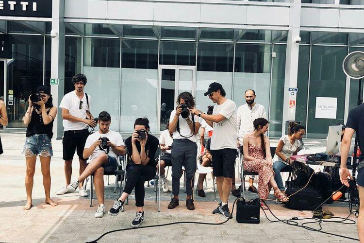 Siswa Condé Nast Social Academy sedang praktik fotografi.