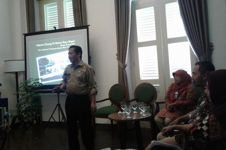 Plt. Kepala Pusat Konservasi Tumbuhan dan Kebun Raya LIPI, R. Hendrian menjelaskan mengenai eksplorasi dan identifikasi spesies tumbuhan baru yang dilakukan oleh Kebun Raya Bogor.
