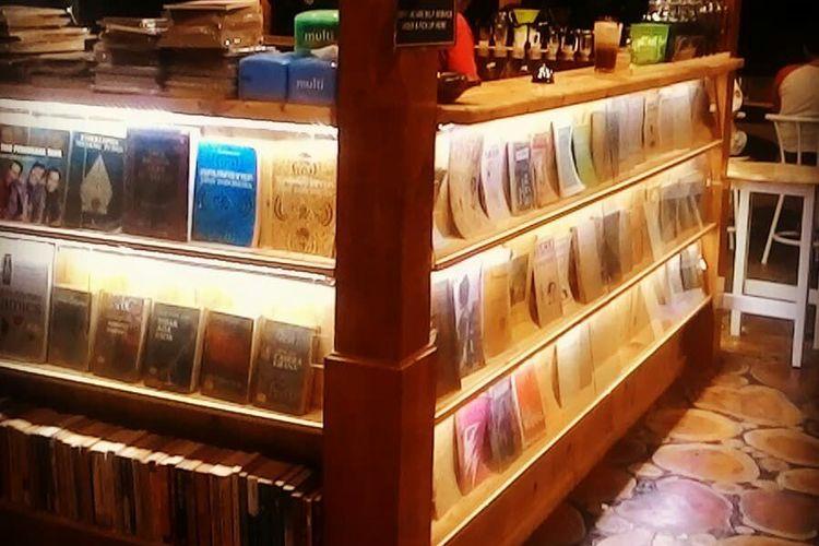 Inilah ratusan koleksi buku-buku kuno milik Sigit yang ditaruh dalam etalase kaca di Kafe Bukuku Lawas miliknya.