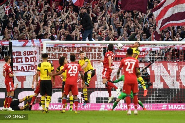 Mats Hummels mencetak gol dalam pertandingan bertajuk Der Klassiker, Bayern Muenchen vs Borussia Dortmund, pada lanjutan Liga Jerman di Allianz Arena, 6 April 2019.