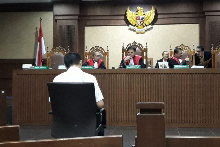 Fayakhun Andriadi duduk di kursi terdakwa di Pengadilan Tipikor Jakarta, Rabu (31/10/2018).