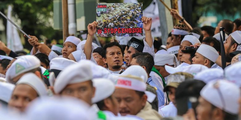 Massa menggelar aksi unjuk rasa di depan Kedutaan Besar (Kedubes) Myanmar di Jalan Agus Salim, Menteng, Jakarta Pusat, Rabu (6/9/2017). Massa mengecam tindakan kekerasan terhadap umat Islam Rohingya dan meminta Pemerintahan Republik Indonesia memutus hubungan diplomasi serta menurunkan bendera Myanmar di Kantor Kedutaaan Besar Myanmar.