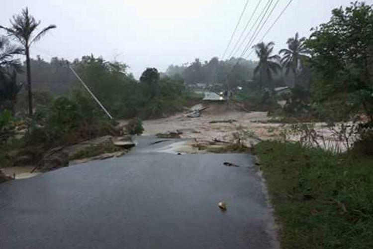 Beginilah kondisi jalan putus dan jaringan listrik yang rusak di Belitung Timur.