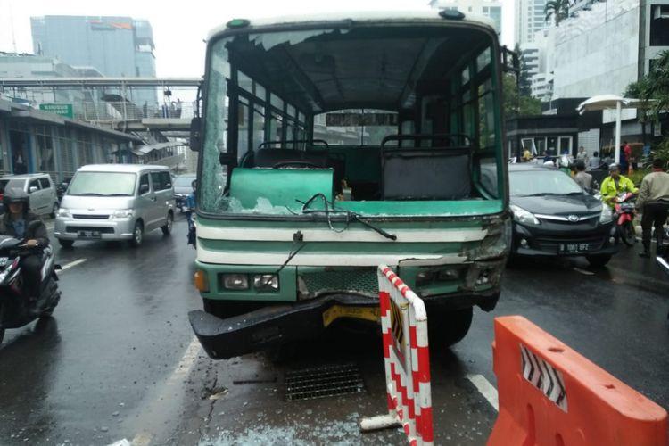 Kopaja P20 yang menabrak Honda HRV di Jalan HR Rasuna Said, Kuningan, Jakarta Selatan, Kamis (26/4/2018).