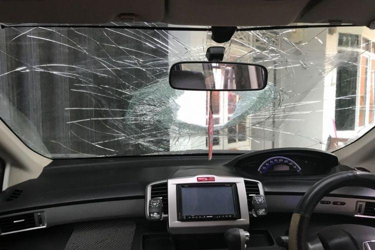 Ilustrasi: Kaca mobil yang pecah akibat lemparan batu di ruas Tol Jakarta-Merak, Rabu (27/6/2018). (Dokumen Polres Serang)