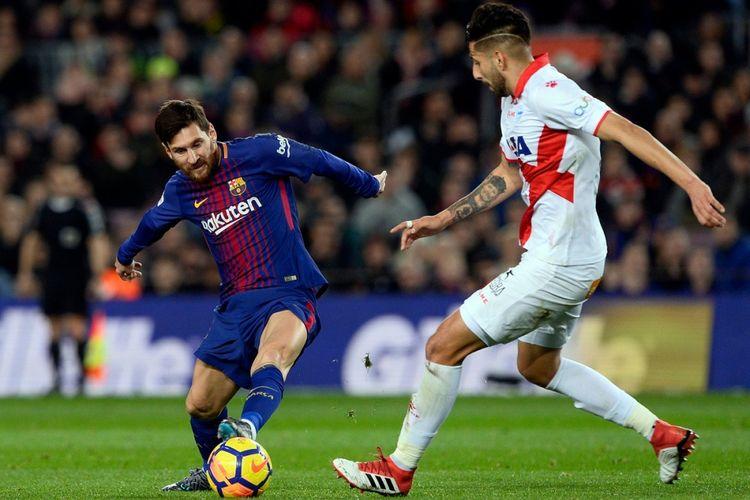 Lionel Messi mendapat pengawalan Guillermo Maripan saat Barcelona menjamu Alaves di Camp Nou pada pertandingan La Liga, Minggu (28/1/2018).