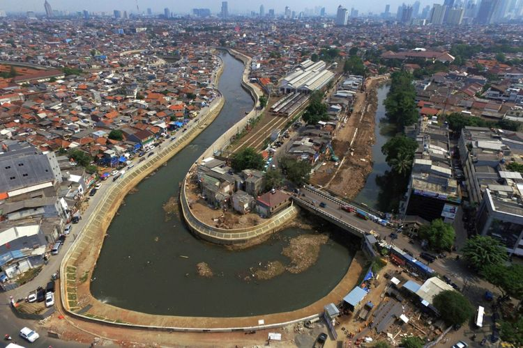 Sungai Ciliwung di Kawasan Bukit Duri, Jakarta yang sebagian bantarannya sudah dinormalisasi, Jumat (18/8/2017). Di sepanjang bantaran yang sudah dinormalisasi juga dibangun jalan inspeksi.