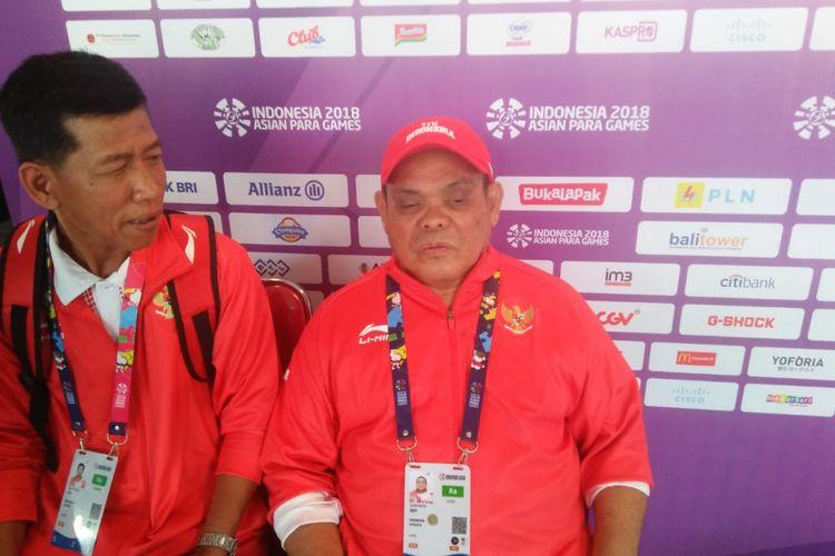 Pecatur Indonesia, Edy Suryanto (kanan), bersama pelatihnya, Sri Martono, menjawab pertanyaan wartawan seusai laga kedua catur Asian Para Games 2018 di Cempaka Putih Sports Hall, Jakarta Pusat, Minggu (7/10/18).