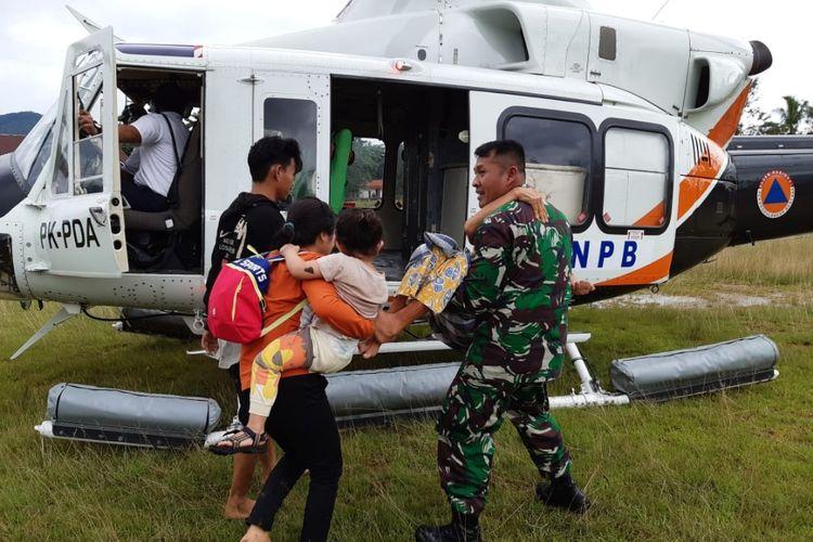 Dandim 1417/Kendari Letkol Cpn Fajar Lutvi  Haris Wijaya membantu proses evakuasi warga korban banjir di Kabupaten Konawe Utara, Sultra dengan menggunakan Helikopter milik BNPB RI (Foto Dokumen Kodim 1417/Kendari)