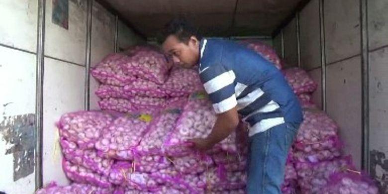 Operasi Pasar Bawang Putih Murah di Polman Diborong Pedagang