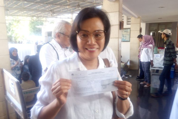 Menteri Keuangan (Menkeu) Sri Mulyani Indrawati mencoblos di Tempat Pemungutan Suara (TPS) 77, Jalan Mandar 10, Bintaro Sektor 3A, Kecamatan Pondok Aren, Tangerang Selatan, Banten, Rabu (17/4/2019).