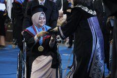 Dibujuk Sang Ibu, Mahasiswi Ini Tetap Hadiri Wisuda dengan Kursi Roda