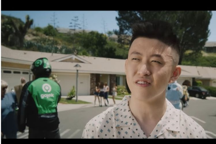 Cuplikan video musik lagu Rich Brian berjudul 100 Degrees.