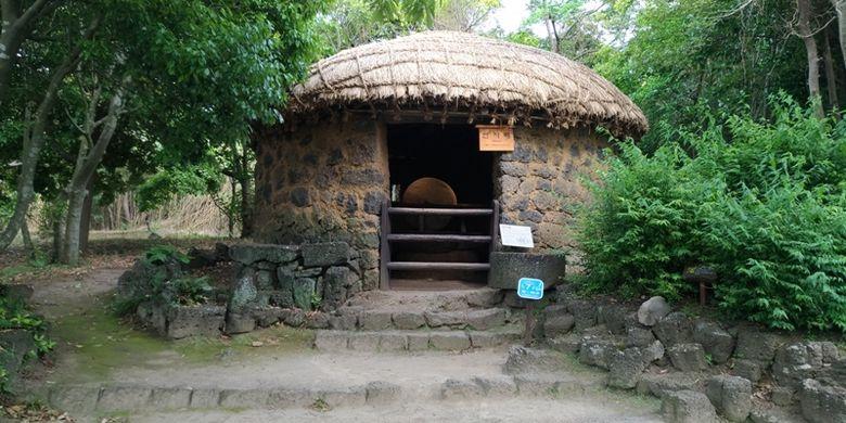 Replika rumah penggilingan di permukiman pegunungan yang ada di Jeju Folk Village, Jeju, Korea Selatan. Foto diambil 30 Mei 2017.
