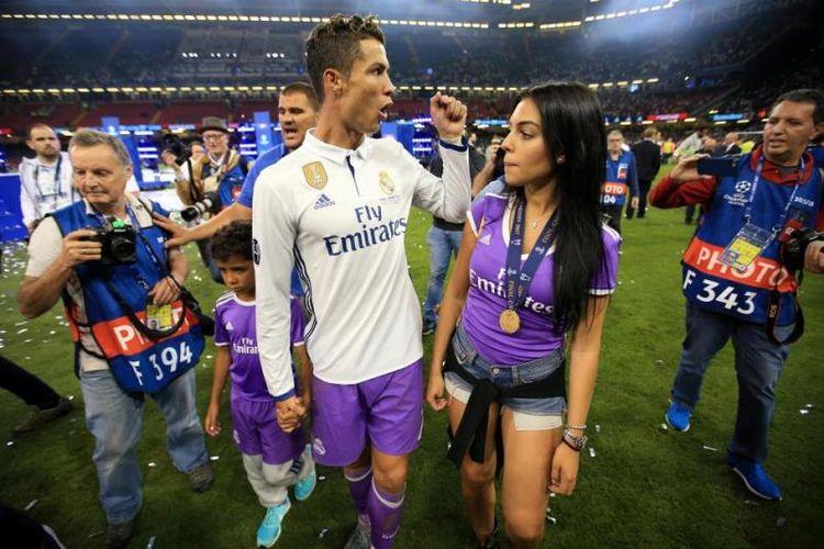 Foto Cristiano Ronaldo yang menggandeng Cristiano Jr serta kekasih Ronaldo, Georgina Rodriguez, usai Real Madrid meraih kemenangan atas Juventus di Cardiff pada 3 Juni 2017, untuk meraih gelar Liga Champions.