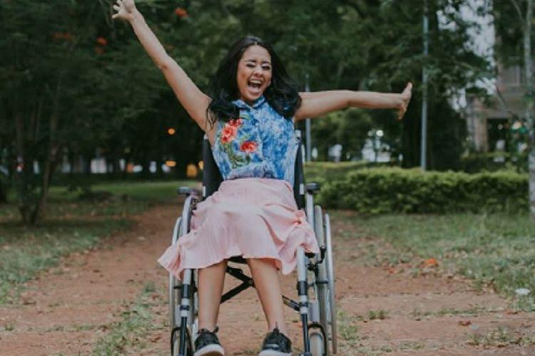 Layane Dias (21), perempuan asal Brasil, kini harus bergantung pada kursi roda untuk kegiatan sehari-hari usai menindik hidungnya. (Instagram/layaanedias)