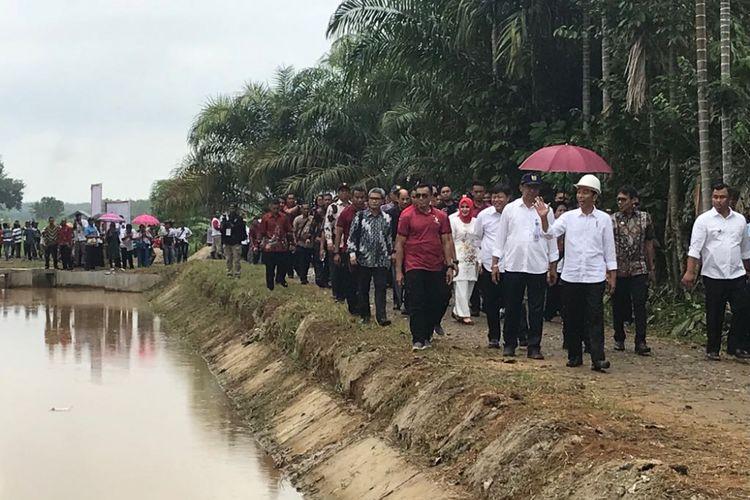 Presiden Joko Widodo saat meninjau pemanfaatan tata guna air irigasi di Kecamatan Sitiung, Kabupaten Dharmasraya, Sumatera Barat, Rabu (7/2/2018).