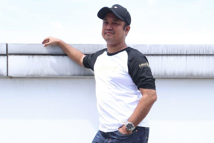 Sutradara film Chrisye Rizal Mantovani berpose saat berkunjung untuk promosi di Gedung Kompas Gramedia, Palmerah Barat, Jakarta, Senin (04/12/2017). Film ini mengisahkan tentang perjalanan hidup seorang musisi yaitu almarhum Chrisye, dimulai dari perjalanan hidup bersama keluarganya hingga meniti karier di industri musik Tanah Air.