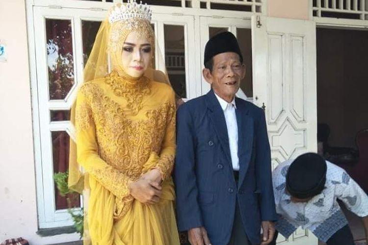 Foto dokumen facebook, Mbah Dirgo (83) bersama istrinya Nuraeni (27) mengenakan baju pengantin usai melaksanakan akad nikah di Kabupaten Tegal, Jawa Tengah, Minggu (18/8/2019)(KOMPAS.com/Tresno Setiadi)