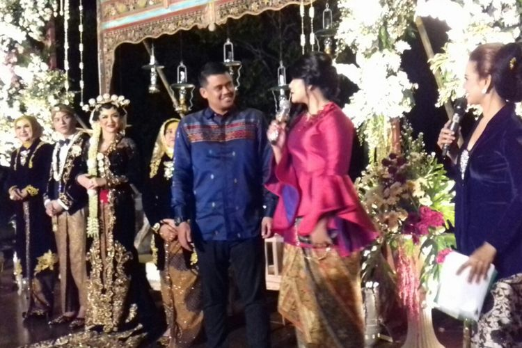 Kahiyang Ayu dan Bobby menghadiri pernikahan penyanyi Vicky Shu dan Ade Imam di Candi Borobudur, Magelang,  Sabtu (23/9/2017) malam.