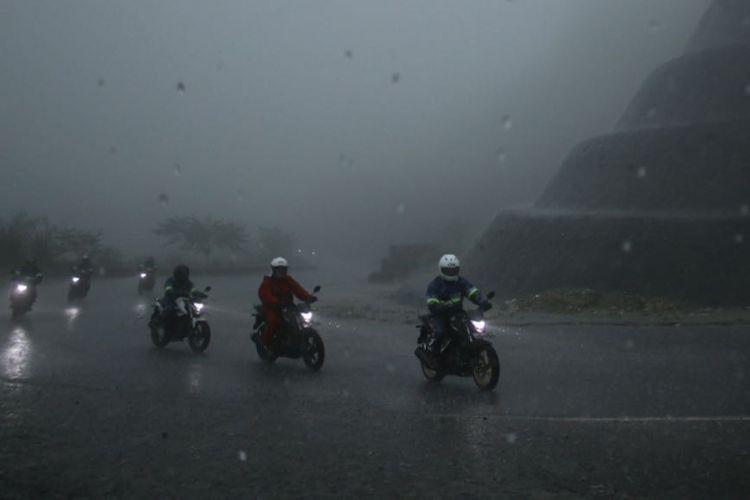 Kondisi hujan deras dan kabut tebal di Malalak, pembuktian performa CB150R.
