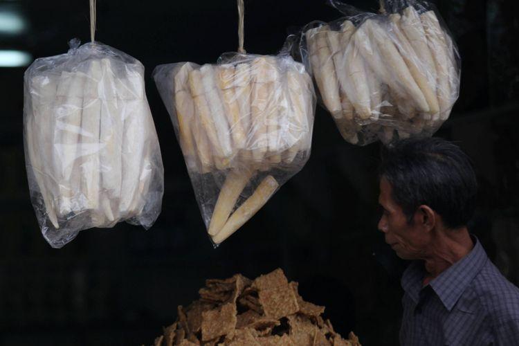 Peuyeum ditawarkan dengan cara digantung di toko pusat jajanan dekat Terminal Leuwi Panjang, Bandung, jawa Barat, Jumat (5/7/2009). Tape yang menjadi makanan khas Sunda ini telah ada sejak dulu dan tetap digemari hingga kini. Peuyeum kini diolah menjadi aneka makanan.