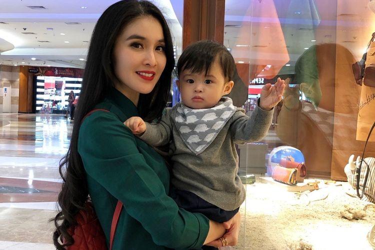 Potret kebersamaan aktris Sandra Dewi bersama putranya, Raphael Moeis yang diunggah ke akun Instagram @raphaelmoeis.
