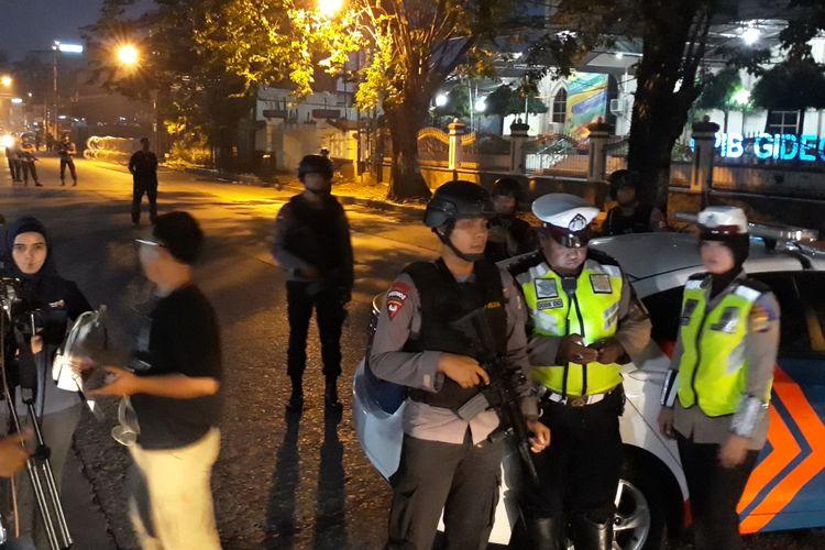 Jalan Akses UI di depan Mako Brimob Kelapa Dua, Depok, ditutup sementara, Rabu (9/5/2018).