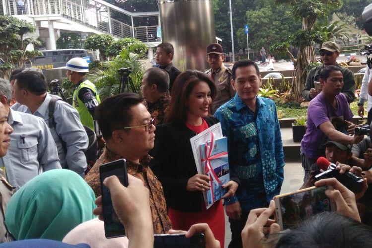 Perwakilan Pansus Angket Pelindo, Rieke Diah Pitaloka (baju merah), Darmadi Durianto (batik cokelat), dan Daniel Johan (baju biru) mendatangi Gedung KPK untuk menyerahkan hasil audit investigatif BPK, Jakarta, Senin (17/7/2017).