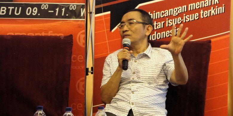 Mantan Wakil Ketua Komisi Pemberantasan Korupsi (KPK) Adnan Pandu Praja saat berbicara dalam diskusi Perspektif Indonesia bertema KTP Diurus KPK di kawasan Menteng, Jakarta Pusat, Sabtu (11/3/2017).