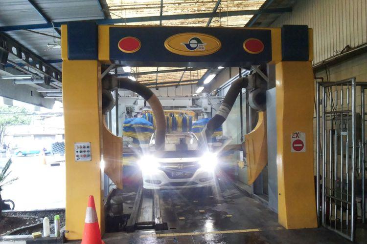 Salah satu layanan cuci mobil dengan tenaga robot atau robotic car wash yang ada di Jalan Margonda, Depok, Selasa (7/11/2017).