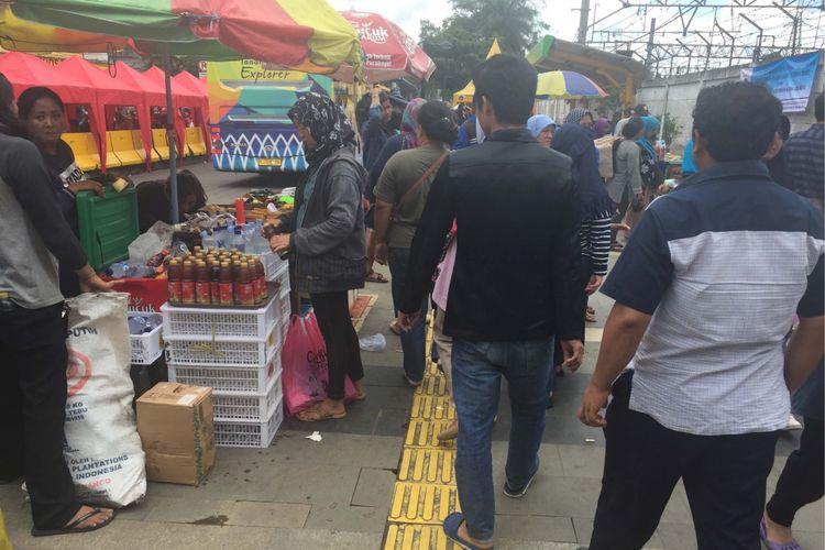 PKL Tanah Abang kembali mengokupasi trotoar di depan Stasiun Tanah Abang, Jumat (22/12/2017).