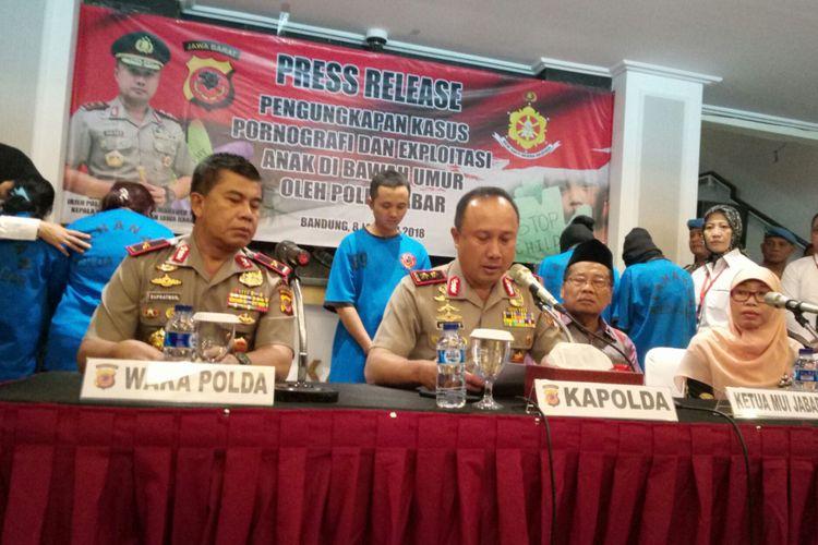 Kapolda Jabar Irjen Pol Agung Budi Maryoto tengah merilis penangkapan 6 pelaku pembuatan video mesum yang melibatkan anak di bawah umur, di Mapolda Jabar, Jalan Soekarno Hatta, Bandung, Senin (8/1/2018).