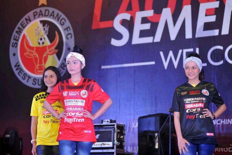 Jersey Semen Padang dipamerkan saat launching tim.