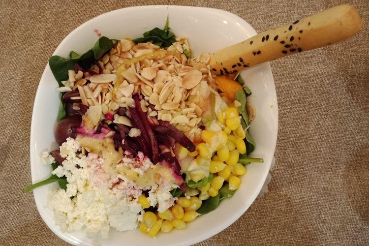 Almond Garden, kreasi salad terbaru dari SaladStop! yang menggunakan dua dressing, yakni raspberry vinaigrette dan honey mustard.