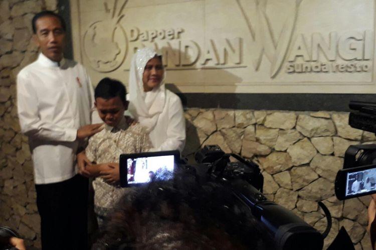 Presiden Jokowi dan Ibu Negara Iriana bertemu Gultom James leonard (13), di Bandung, Sabtu (19/1/2019).