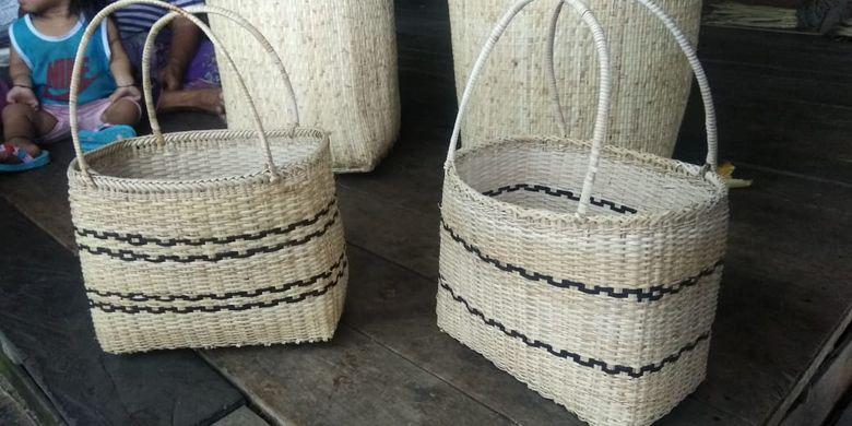 Anyaman rotan berbentuk kerjanjang ini merupakan salah satu kerajinan tangan khas masyarakat Dayak Bidayuh, Desa Jagoi Kindau, Kecamatan Jagoi Babang, Kabupaten Bengkayang, Kalimantan Barat.