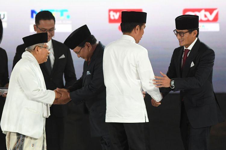 Pasangan capres-cawapres nomor urut 01 Joko Widodo (kedua kiri) dan Maruf Amin (kiri) serta pasangan nomor urut 02 Prabowo Subianto (kedua kanan) dan Sandiaga Uno (kanan) bersiap mengikuti debat kelima Pilpres 2019 di Hotel Sultan, Jakarta, Sabtu (13/4/2019). Debat kelima tersebut mengangkat tema Ekonomi dan Kesejahteraan Sosial, Keuangan dan Investasi serta Perdagangan dan Industri. ANTARA FOTO/Wahyu Putro A/hp.