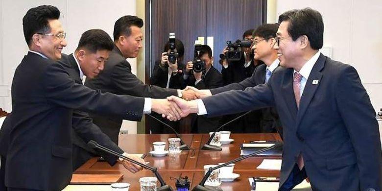 Delegasi Korea Selatanj, Jeon Choong-ryul (kanan) bertemu delegasi Korea Utara dipimpin Wong Kil U (kiri).
