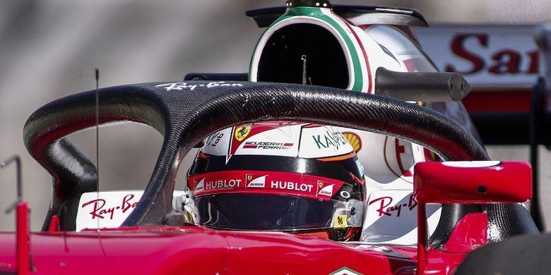 Pebalap Scuderia Ferrari, Kimi Raikkonen, menguji penggunaan halo (pelindung kokpit pada sesi latihan pertama GP Brasil, di Sao Paolo, 11 November 2016.