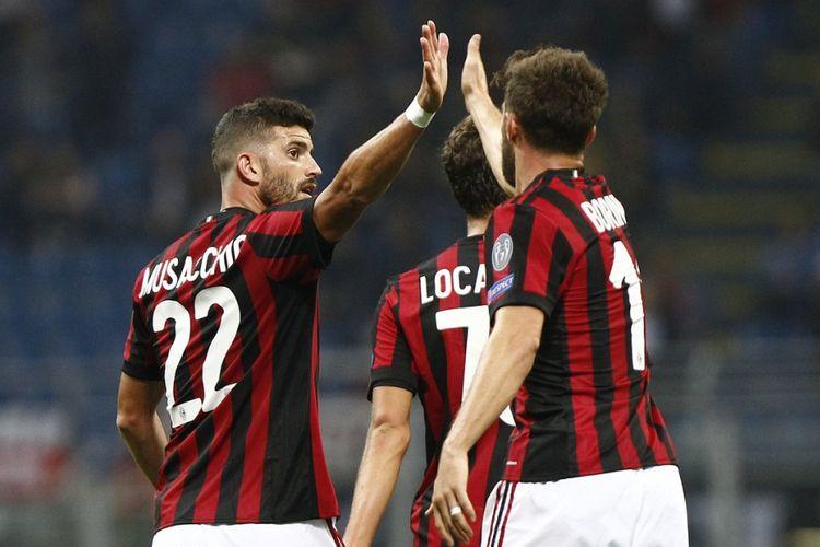 Mateo Musacchio merayakan gol AC Milan ke gawang HNK Rijeka bersama rekannya, Fabio Borini, dalam pertandingan Liga Europa di San Siro, Kamis (28/9/2017).