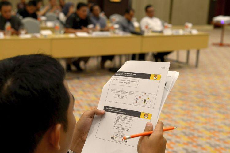 Rekapitulasi Daftar Pemilih Sementara - Komisi Pemilihan Umum Provinsi Jawa Tengah beserta perwakilan dari partai politik mengadakan rapat pleno rekapitulasi daftar pemilih sementara Pemilu 2019 di Hotel Harris, Kota Semarang, Jawa Tengah, Rabu (20/6/2018). Sedangkan kebutuhan logistik untuk mendukung kelancaran Pilkada serentak yang dilaksanakan 27 Juni mulai dilakukan hingga ke pelosok daerah.  KOMPAS/P RADITYA MAHENDRA YASA (WEN) 20-06-2018