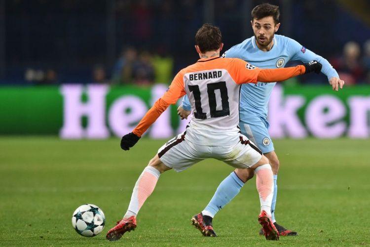 Gelandang Manchester City, Bernardo Silva, mencoba melewat kawalan pemain Shaktar Donetsk, Bernard, pada pertandingan Liga Champions di Stadion Metalist, Rabu (6/12/2017).