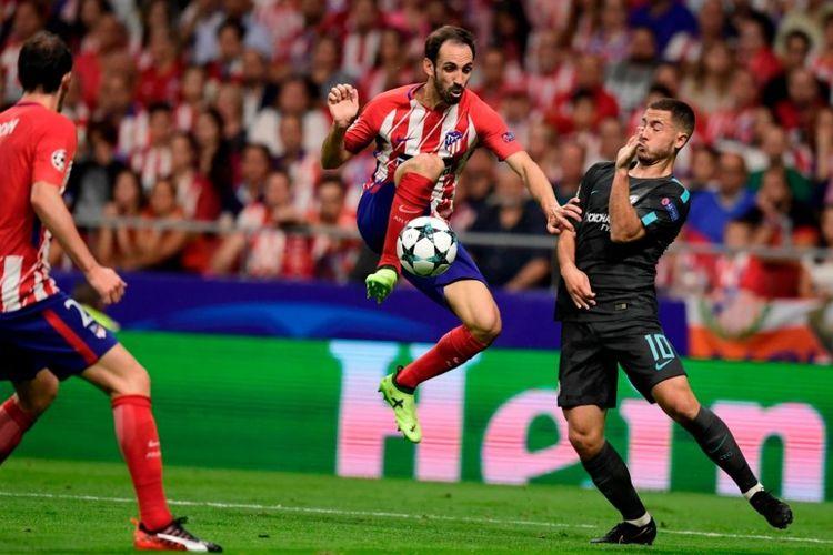 Eden Hazard menghidar dari upaya clearance Juanfran pada pertandingan Liga Champions antara Atletico Madrid di Stadion Wanda Metropolitano, Rabu (27/9/2017).