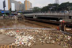 Sampah Kiriman Menumpuk di Banjir Kanal Barat Setelah Hujan Deras