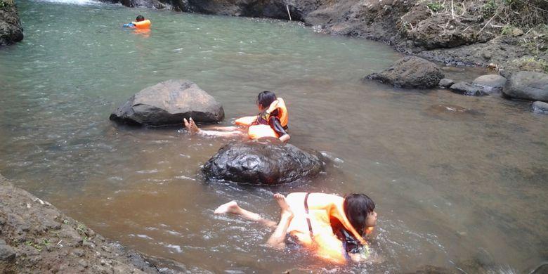 Berenang di Curug Jeglung, Dukuh Jeplak, Desa Bendosari, Kecamatan Plantungan, Kabupaten Kendal, Jawa Tengah, Minggu (8/10/2017).