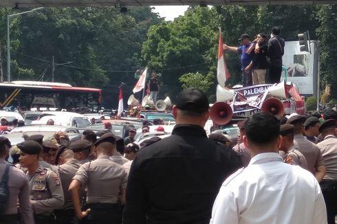 Ketika Kumandang Azan Redam Kericuhan Demo di Depan Kantor Gojek