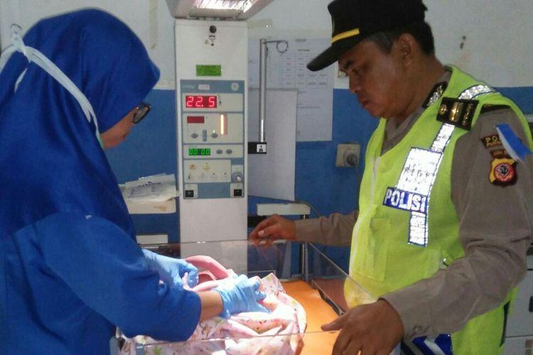 Iptu Kuswari sesaat setelah memberikan pertolongan pertama kepada bayi yang baru saja dilahirkan di rest area KM 88 Tol Purbaleunyi, Senin (11/6/2018) dini hari.